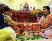 حیدر آباد: ہندو بچیاں دیوالی فیسٹیول کے دوران مذہبی رسومات ادا کرتے ..