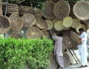 فیصل آباد: دکاندار گاہکوں کو متوجہ کرنے کے لیے ٹوکریاں سجار ہا ہے۔