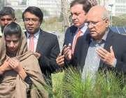 اسلام آباد: نو منتخب سینیٹر مشاہد اللہ خان پارلیمنٹ ہاؤس کے صحت میں ..