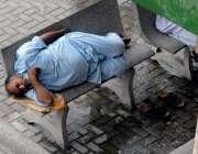 راولپنڈی: پیشی پر آیا ایک معمر شخص احاطہ کچہری میں اپنے کاغذات سر کے ..