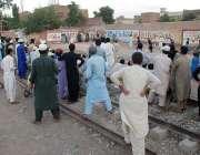 پشاور: شہریوں کی بڑی تعداد حاجی کیمپ کے قریب کرکٹ میچ دیکھنے میں مصروف ..