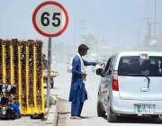 پشاور: ایک محنت کش سڑک کنارے عینکیں فروخت کر رہا ہے۔