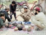 لاہور: جامعہ منظور اسلام میں ایک طالبعلم عطر اور ٹوپیاں فروخت کرنے ..