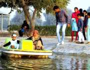 بہاولپور: گلزار صادق پارک میں سیرو تفریح کے لیے ائے بچے کشتی رانی کی ..
