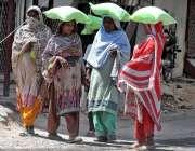 راولپنڈی: خواتین سستا رمضان بازار سے آٹا خرید کر لیجا رہی ہیں۔
