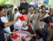ملتان: شہری گرمی کی شدت سے بچنے کے لیے ایک سبیل سے مشروب پی رہے ہیں۔