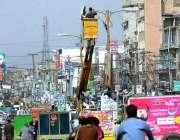 راولپنڈی واپڈا کے اہلکار سٹریٹ لائٹس مرمت کرنے میں مصروف ہیں۔