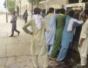 لاہور: ریلوے اسٹیشن پر لوگ کولر سے ٹھنڈا پانی بھررہے ہیں۔