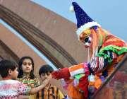 اسلام آباد: وفاقی دارالحکومت میں بچے جوکر کا روپ دھارے ہوئے نوجوان ..