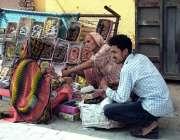 سیالکوٹ: ایک معمر خاتون اپنی اور اپنے خاندان کی کفالت کے لیے چوڑیاں ..