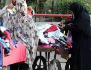 لاہور: خواتین استعمال شدہ کپڑے خرید رہی ہیں۔