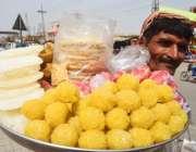 لاہور: ایک محنت کش کھانے کی اشیاء فروخت کر رہا ہے۔