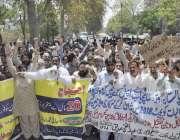 لاہور: ایپکا ملازمین اپنے مطالبات کی منظوری کے لیے احتجاجی مظاہرہ کر ..