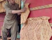 کوئٹہ: صوبائی رارالحکومت میں محنت کش تندور پر روایتی انداز سے لگائے ..