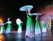 اسلام آباد: چین کے69ویں سالگرہ کے موقع پر چینی فنکار روایتی ڈانس کر رہے ..