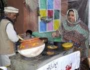 اسلام آباد: لوک ورثہ میں لوک میلہ2018کے موقع پر ایک دکاندار جوڑا کھانے ..