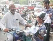 لاہور: ایک بچہ اردو بازار میں یوم آزادی کی مناسبت سے چیزیں فروخت کررہا ..