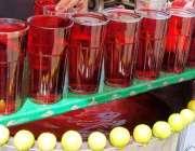 راولپنڈی: ایک محنت کش نے لوگوں کو متوجہ کرنے کے لیے مشروب سجا رکھے ہیں۔