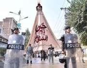 پشاور: نویں محرم الحرام کے مرکزی جلوس کے موقع پر پولیس اہلکار الرٹ کھڑے ..