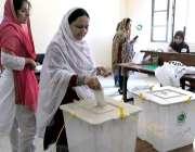 راولپنڈی: عام انتخابات 2018  کے موقع پر ایک خاتون اپنا ووٹ کاسٹ کر رہی ..