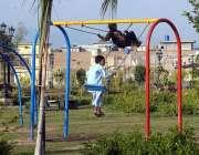 راولپنڈی: شہباز پارک میں بچے جھولوں سے لطف اندوز ہو رہے ہیں۔