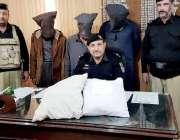 پشاور: تھانہ حیات آباد کی کاروائی کے دوران پکڑے جانیوالے منشیات فروش ..