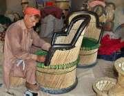 ملتان: محنت کش اپنی ورکشاپ میں روایتی انداز سے کرسیاں بنا رہا ہے۔