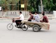 لاہور: نوجوان موٹر سائیکل کے پیچھے بندھی ریڑھی پر بیٹھ کر سفر کر رہے ..