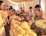 لاہور: شادمان سستا رمضان بازار میں شہری پھل خرید رہے ہیں۔