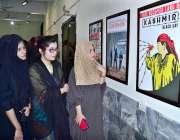 حیدر آباد: مہران آرٹس کونسل میں دو روزہ تصویری نمائش میں طالبات دلچسپی ..