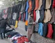 لاہور: میو ہسپتال روڈ پر ایک شخص نے پرانی جیکٹیں فروخت کرنے کے لیے دیور ..