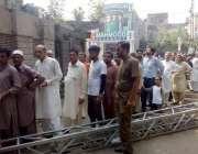 لاہور: عام انتخابات 2018  کے موقع پر ووٹرز پولنگ اسٹیشن کے باہر قطار بنائے ..