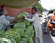 لاہور: دکاندار گاہکوں کو متوجہ کرنے کے لیے تربوز سجا رہا ہے۔