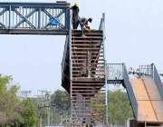 اسلام آباد: مزدو ر اسلام آباد ایکسپریس وے پر کھنہ پل کے تعمیراتی کام ..