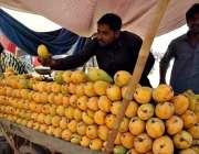 اسلام آباد: ریڑھی بان گاہکوں کو متوجہ کرنے کے لیے آم سجا رہا ہے۔