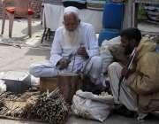 فیصل آباد: ایک معمر محنت کش اپنا اور اپنے خاندان کا پیٹ پالنے کے لیے ..