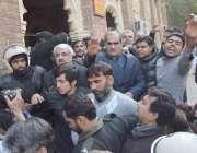 لاہور: مسلم لیگ (ن) کے رہنما خواجہ سعد رفیق اور سلمان رفیق ہائیکورٹ کی ..