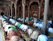 چنیوٹ:روزہ دار رمضان المبارک کے چوتھے جمعتہ المبارک کی نمازادا کر رہے ..