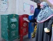 حیدر آباد: ڈاک کے عالمی دن کے موقع پر ایک خاتون جی پی او کے باہر لگے لیٹر ..