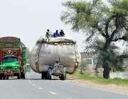 ملتان: ٹریکٹر ٹرالی پر اوور لوڈنگ کی گئی ہے جو کسی حادثے کا سبب بن سکتا ..