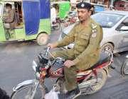 لاہور: موٹر سائیکل سوار پولیس اہلکار بغیر ہیلمٹ سفر کررہا ہے۔
