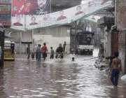 لاہور: شہر میں موسلا دھار بارش کے بعد باغبانپورہ کے علاقے میں ایک گلی ..