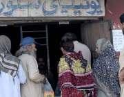 راولپنڈی: شہری یوٹیلٹی سٹور سے اشیاء خوردونوش خرید رہے ہیں۔