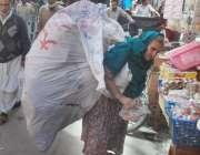 لاہور: ایک معمر خاتون پیٹ پالنے کے لیے کاغذ اکٹھے کر رہی ہے۔