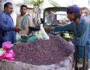 لاہور: شہری ریڑھی بان سے فالسہ خرید رہے ہیں۔