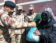 چمن: ایف سی کمانڈنٹ کرنل خرم جاوید ایف سی فری میڈیکل کیمپ کے دوران مستحقین ..