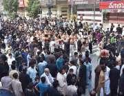 پشاور: نویں محرم الحرام کے مرکزی جلوس میں شریک عزادار زنجیر زنی کر رہے ..
