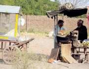 اسلام آباد: محنت کش سٹال پر چھلیاں بھون کر فروخت کر رہاہے۔