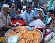 پشاور: شہری ایک دکان سے کچالو پیڑا خریدرہے ہیں۔