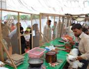 ملتان: شہری سستا رمضان بازار سے مرغی کا گوشت خرید رہے ہیں۔
